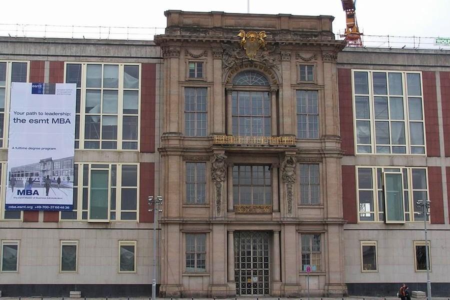 Портал Городского дворца, встроенный в здание Государственного совета ГДР