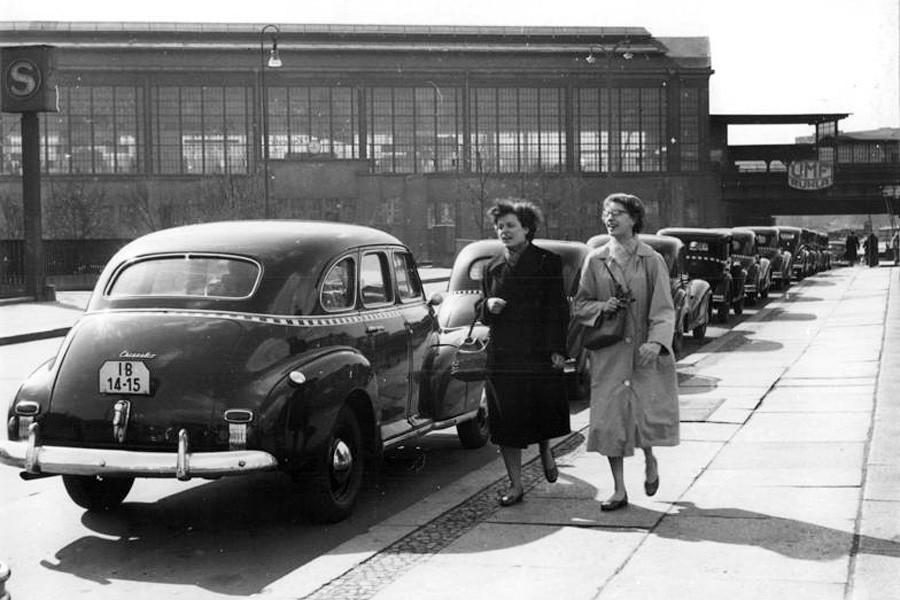 Zentralbild-Zimmermann Zi-Qu 23.3.1957 Am Bahnhof Friedrichstrasse, Berlin UBz. Blick auf die Taxi-Haltestelle.