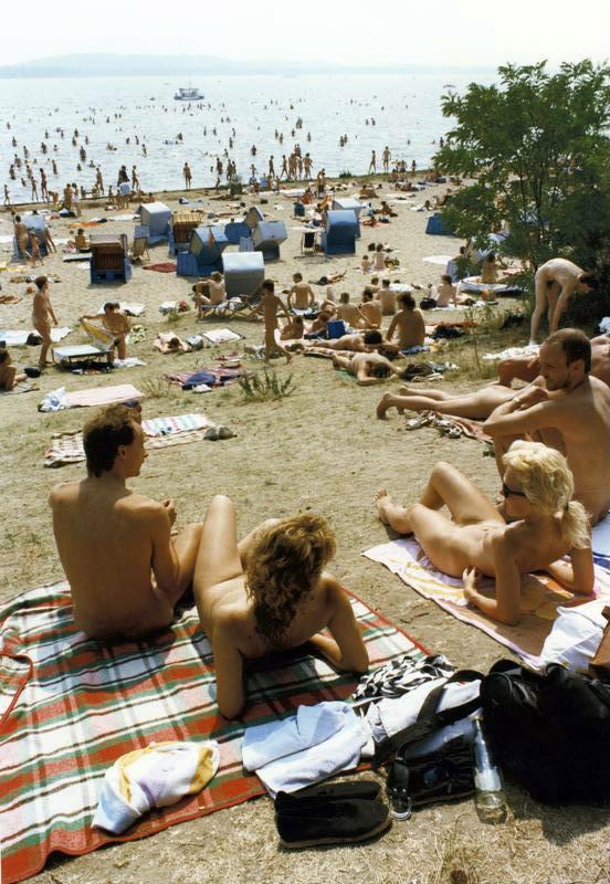 _Bundesarchiv_Bild_183-1989-0710-419,_Berlin,_Mueggelsee,_Sonnenbad-web