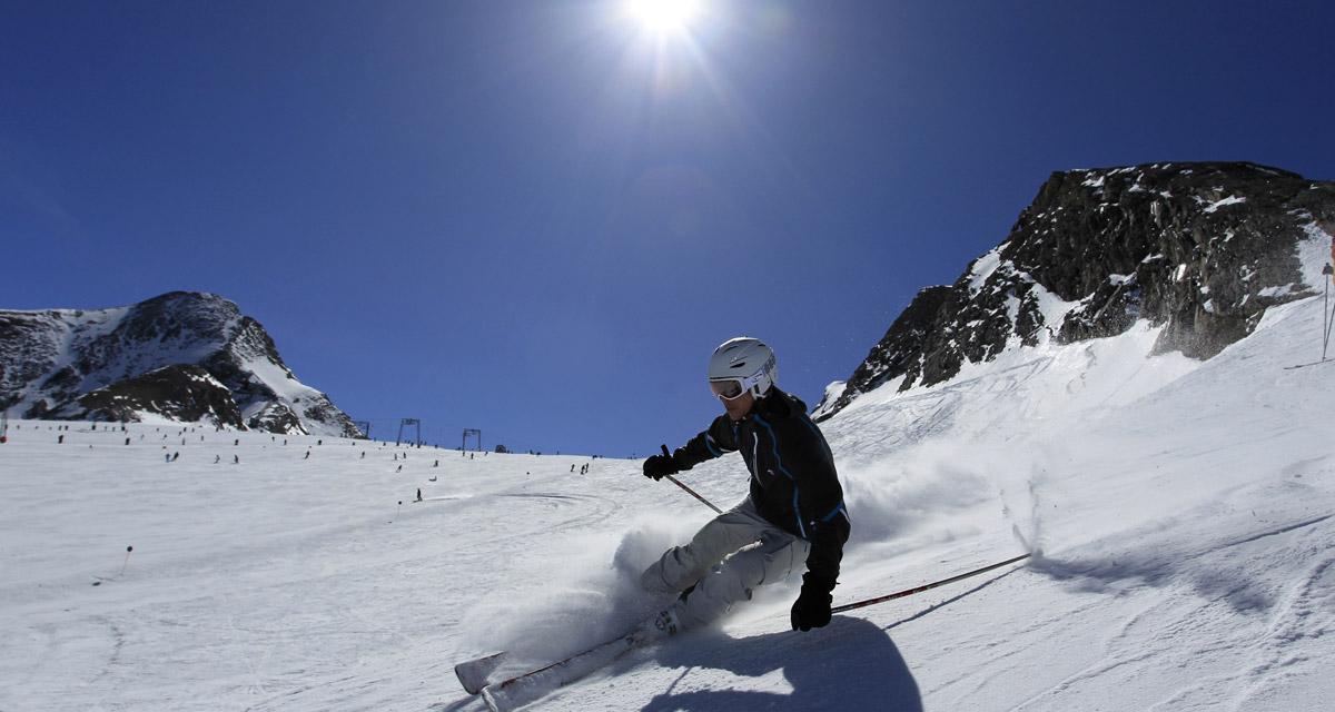 Sonnenski_Skifahrer