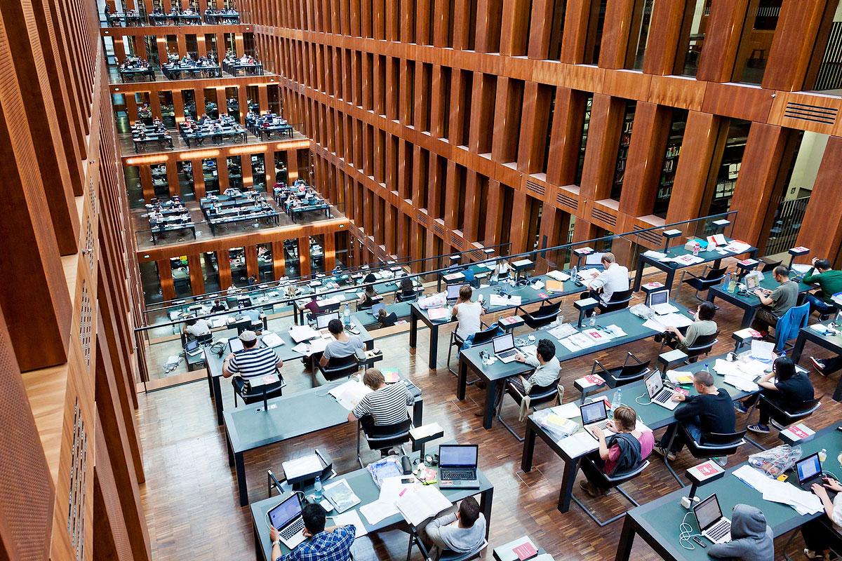 Студенты в библиотеке Университета им. Гумбольдта. Фото: katatonia82 / Bigstock.com