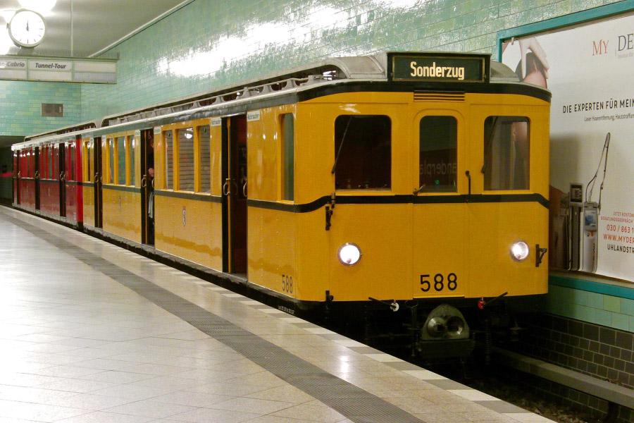 Фото: Historische U-Bahn fährt auf der U9