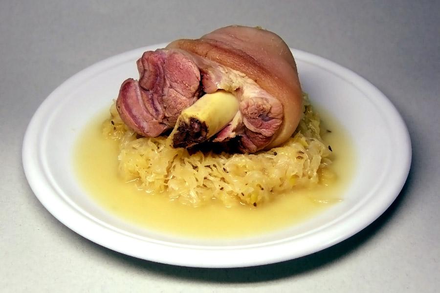 Свиная рулька (нем. Eisbein) с горячей квашеной капустой. Фото: Википедия