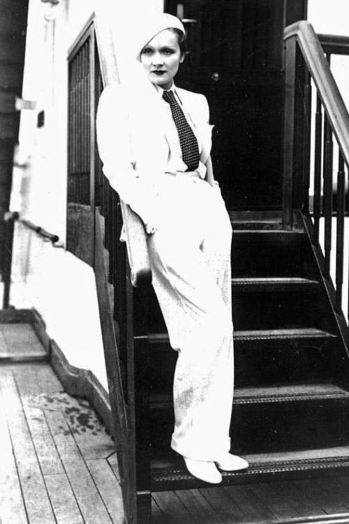Marlene Dietrich, die bekannte Filmschauspielerin, welche sich augenblicklich in Paris aufhдlt, wurde von dem Polizeiprдfekten von Paris, Chiappe, unter Androhung der Verhaftung, verboten sich цffentlich in Mдnnerkleidern zu zeigen! Marlene Dietrich bei ihrer Ankunft in Europa in Mдnnerkleidern.