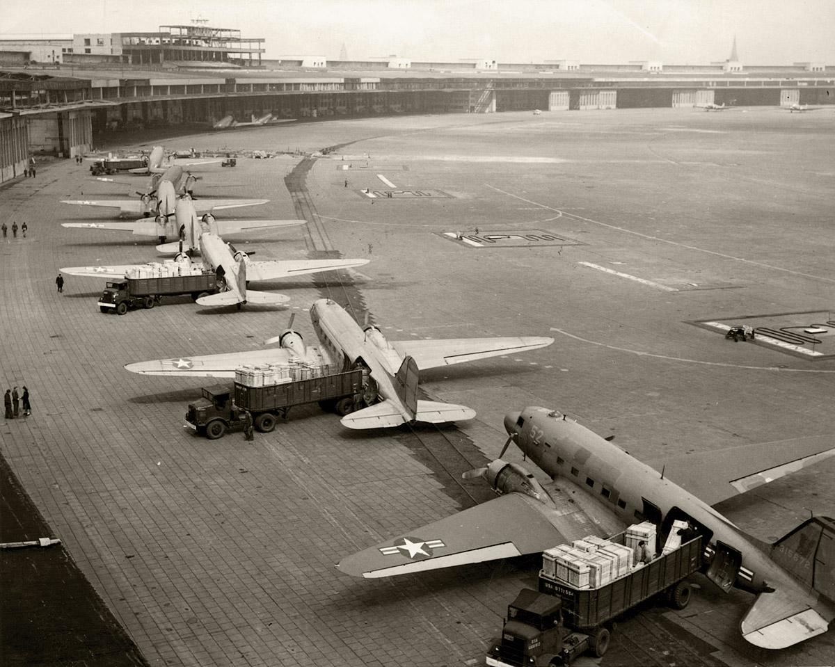 «Изюмные бомбардировщики» на аэродроме Темпельхоф, 1948 год. Фото: Википедия