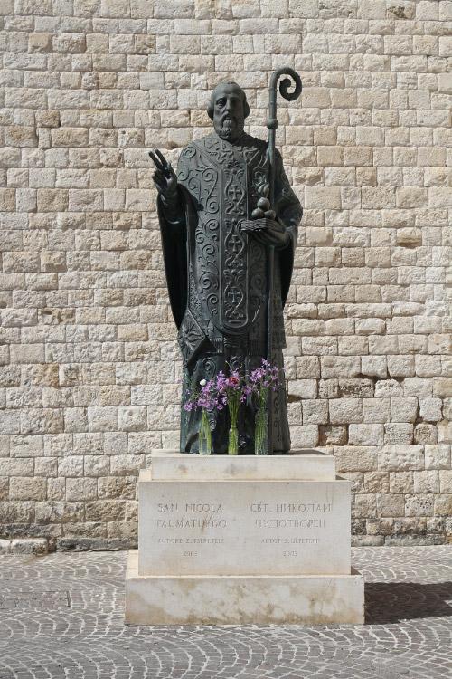 Памятник возле базилики Святого Николая в городе Бари (Италия). Фото: pixabay.com (CC0 Public Domain)