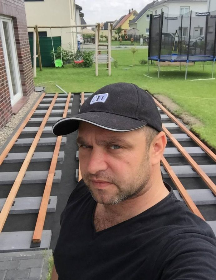 True плотник на фоне веранды