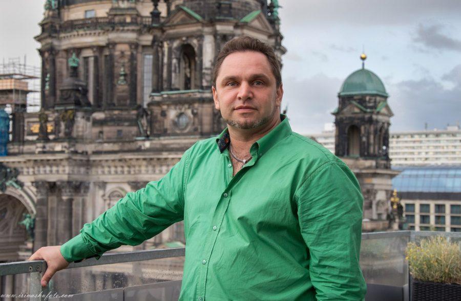 Типа успешный - на фоне берлинского собора