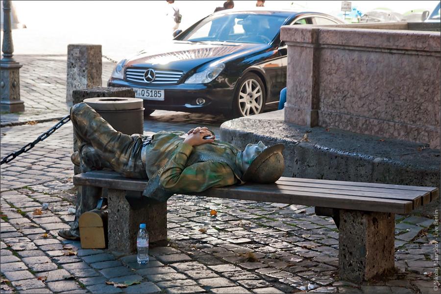 8. Мюнхен напять часов. Отдыхающий памятник. © LiveBerlin.ru