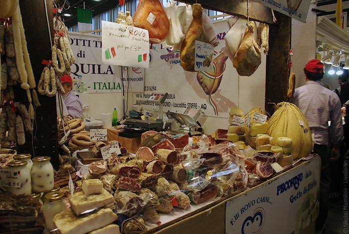 Типичный итальянский стенд, нехватает только громких призывных выкриков