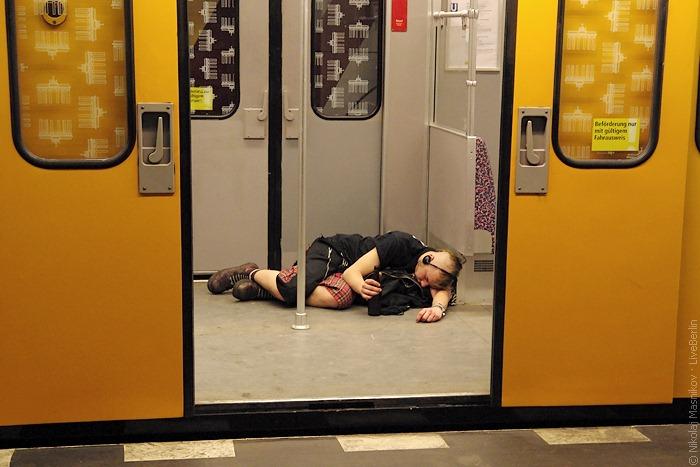 Пьяный панк в берлинском метро