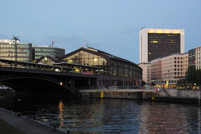 Вокзал Фридрихштрассе вечером